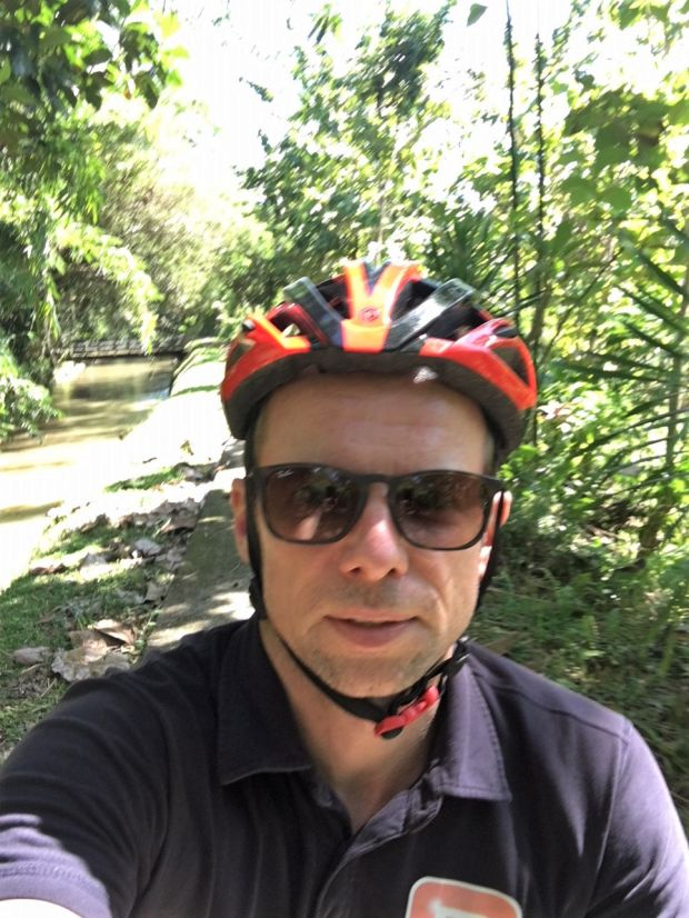 Ruud fietsend op Bali