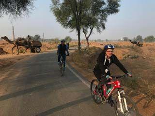 Mieke op de fiets bij Jaipur