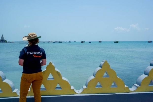 Mieke bij de kustlijn van Jaffna