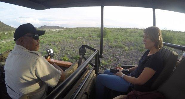 voorin de safariwagen