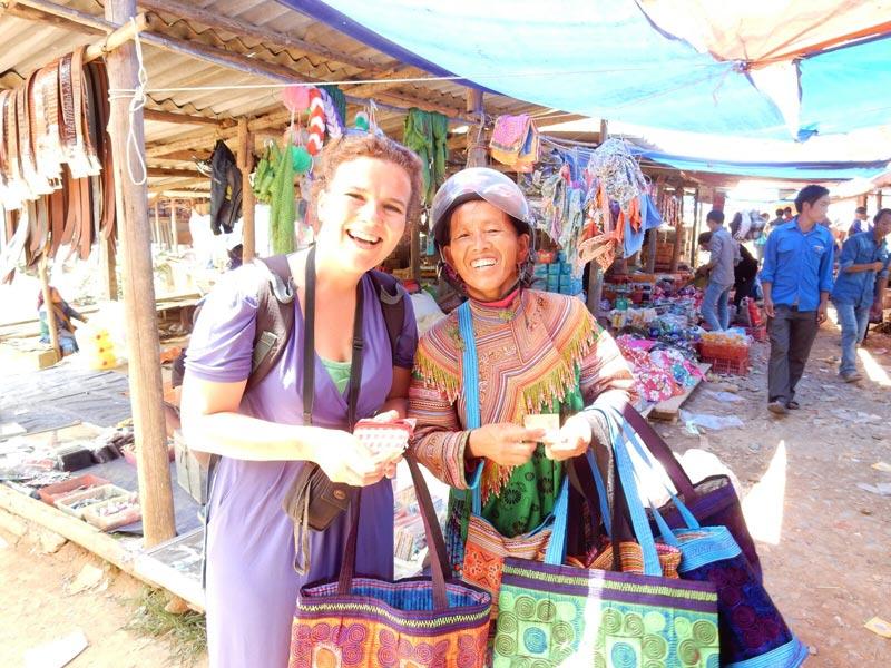 Vietnam-op-de-markt-met-Flower-Hmong-dame