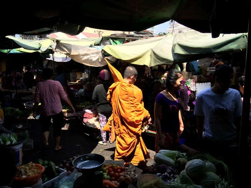 Monnik op markt Laos