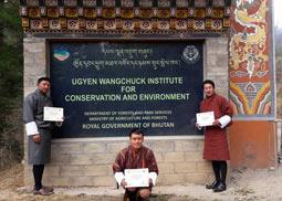 Yonten Namgay en Sonam met certificaat