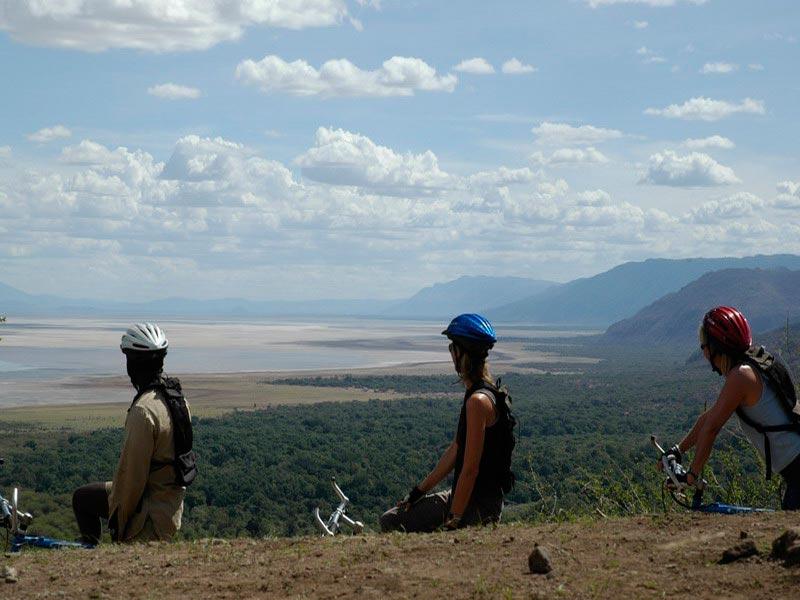 Fietsen bij Lake Manyara National Park, Tanzania