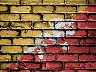Bhutaanse vlag op muur