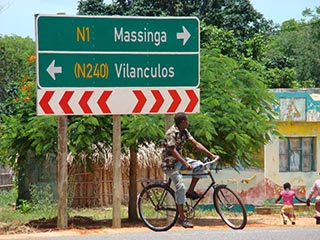 Mozambique - Straatbeeld kruising - foto: Berry ter Horst