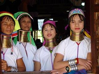 longnecks in Myanmar - foto: Berry ter Horst