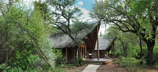 Zuid-Afrika - buitenkant suite Black Rhino Game Lodge - foto: Archief